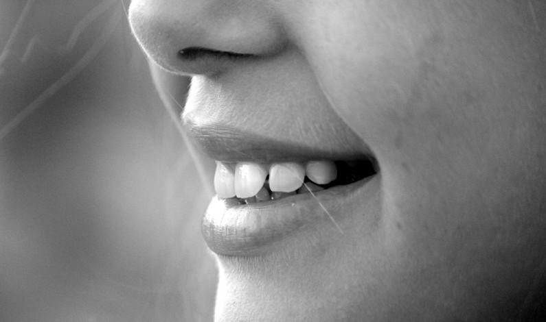 Znáte fitness pro dásně? S ústní sprchou ho zvládnete do minuty