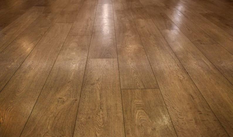 Hrubě znečištěnou podlahu po rekonstrukci dá do pořádku strojové čištění kyselou chemií