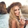 Slunce září, barva vlasů bledne. Jak si v létě zachovat její intenzitu?