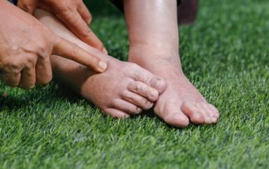 Oteklé nohy způsobuje řada faktorů. Jaká je účinná prevence?